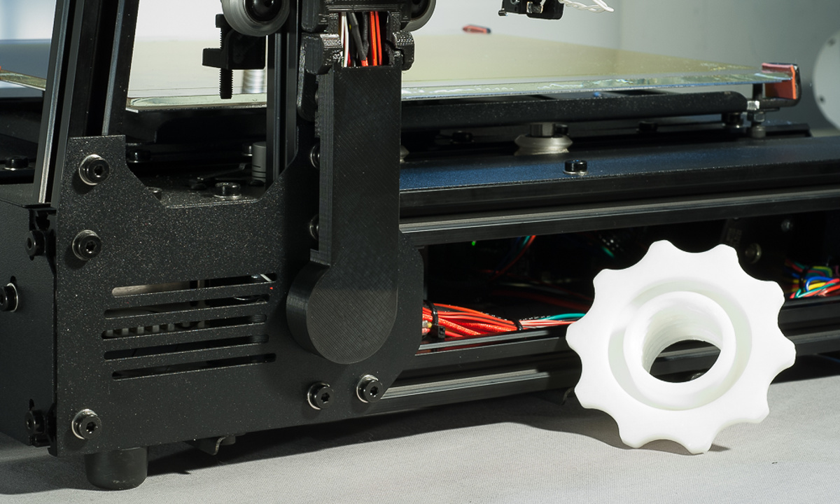 The MendelMax 3 3D printer - The cable chain at its junction with the base of the printer